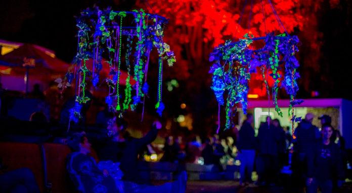 Ludzie na imprezie. Czerwone oświetlenie. Fort Open Air.