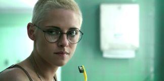 Aktorka Kristen Stewart. Obstrzyżona na krótko, w okularach, myje zęby.