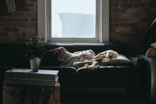 kobieta śpi przy oknie