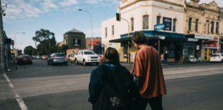 Style w modzie dwoje młodych ludzi idzie ulicą, oryginalnie ubrani