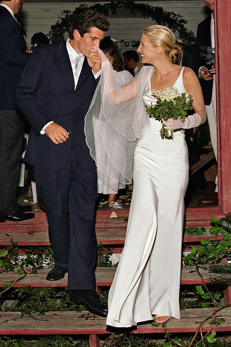 Kobieta ubrana w biala suknie ślubna bierze lub
