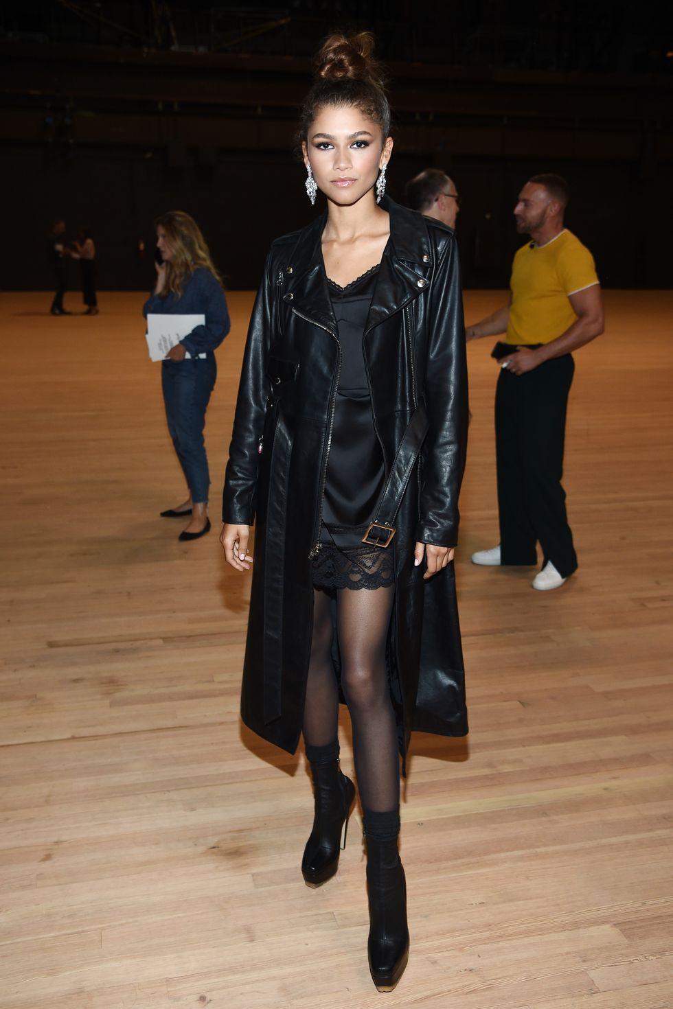 Modelka ubrana w czarna sukienke na pokazie mody