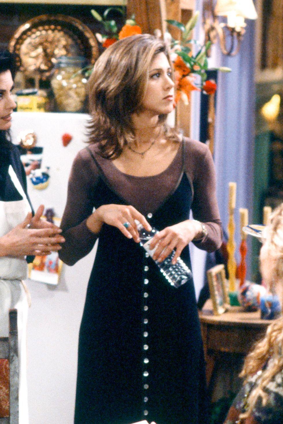 Rachel ubrana w bluzke i czarna sukienke