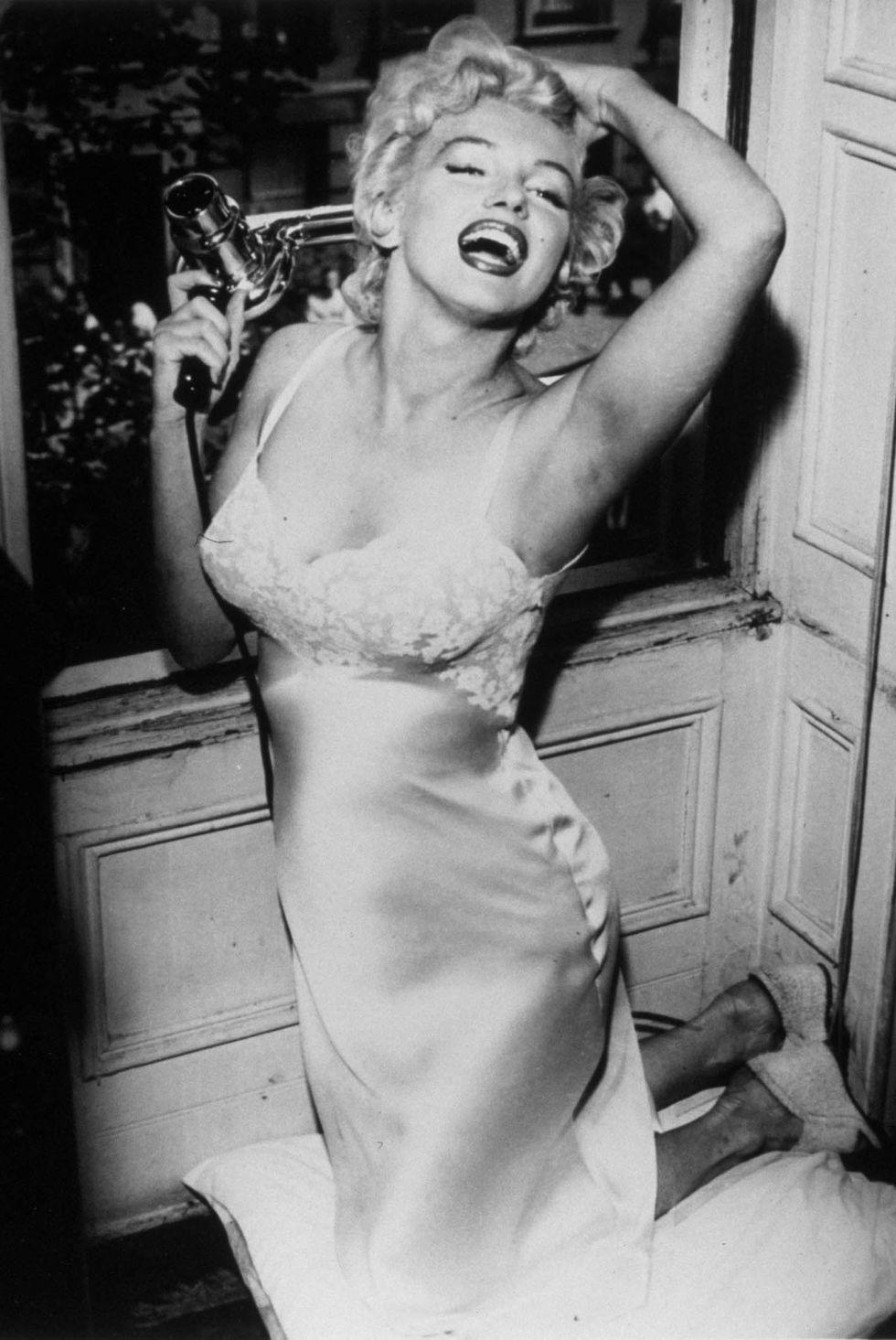 Czarno biale zdjęcie marylin Monroe w halce