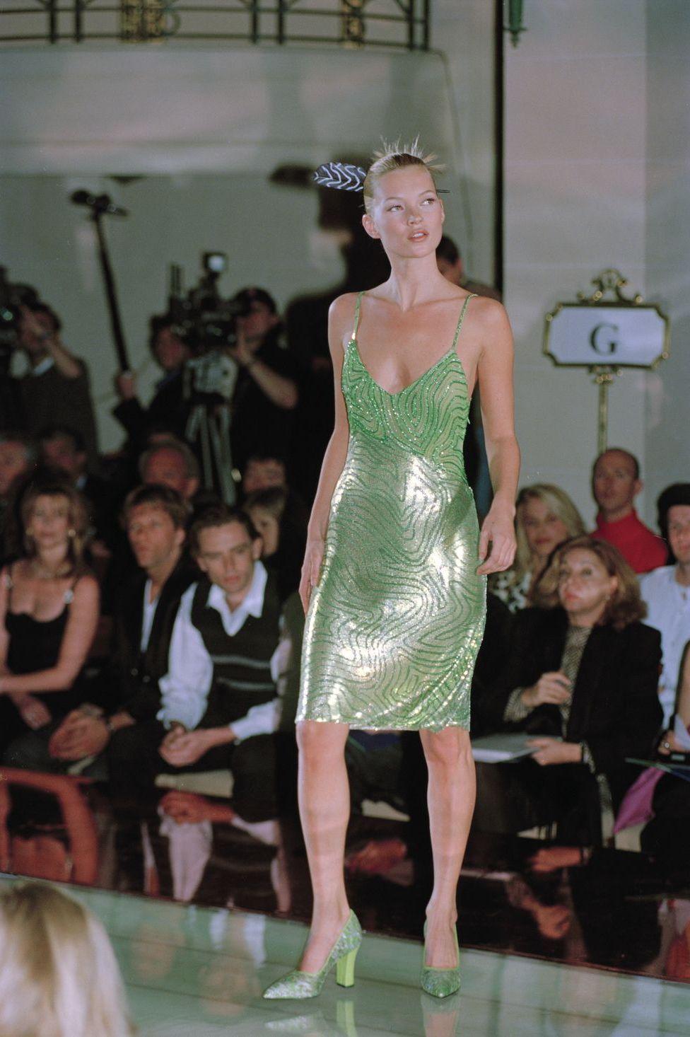 Kate Moss na wybiegu ubrana w zielona slip dress