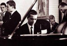 Czarno białe zdjęcie muzyk przy fortepianie