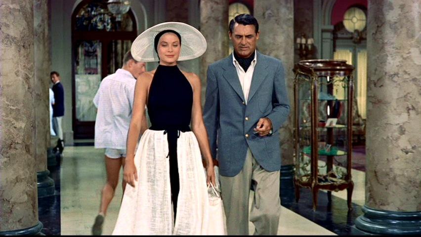 Kadr z filmu, gdzie kobieta idzie razem z mężczyzna