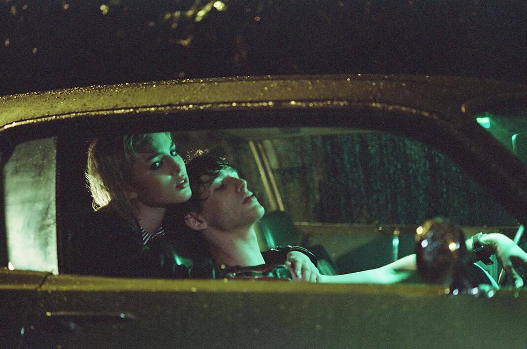 para w samochodzie nocą