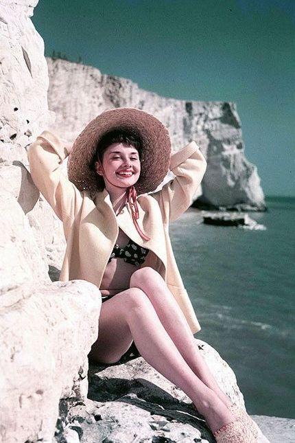 Kobieta wylegującą sie na skalach na plazy