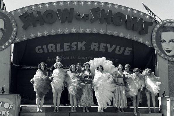 kobiety tańczące burleske na tle teatru