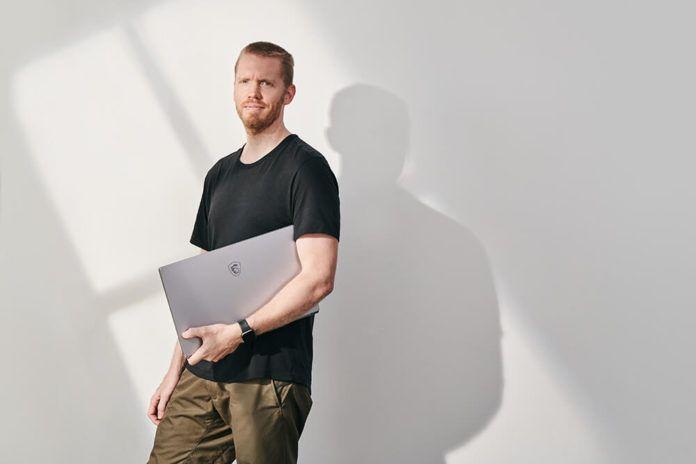 model z laptopem msi creator 17