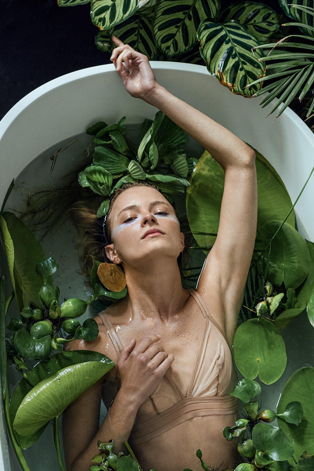 modelka w wannie z roślinami
