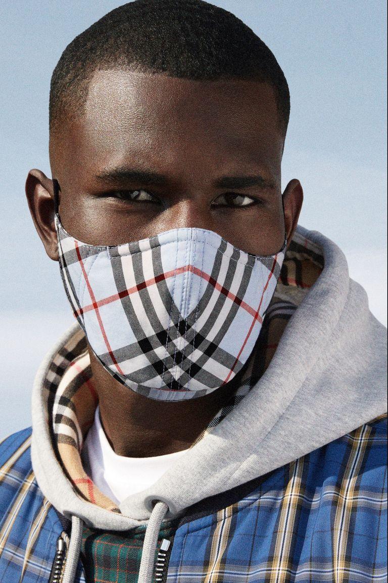 Portret mężczyzny z maseczka na twarzy