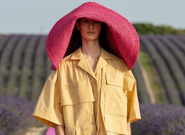 Modelka w ogromnym słomianym kapeluszu przemierza wybieg