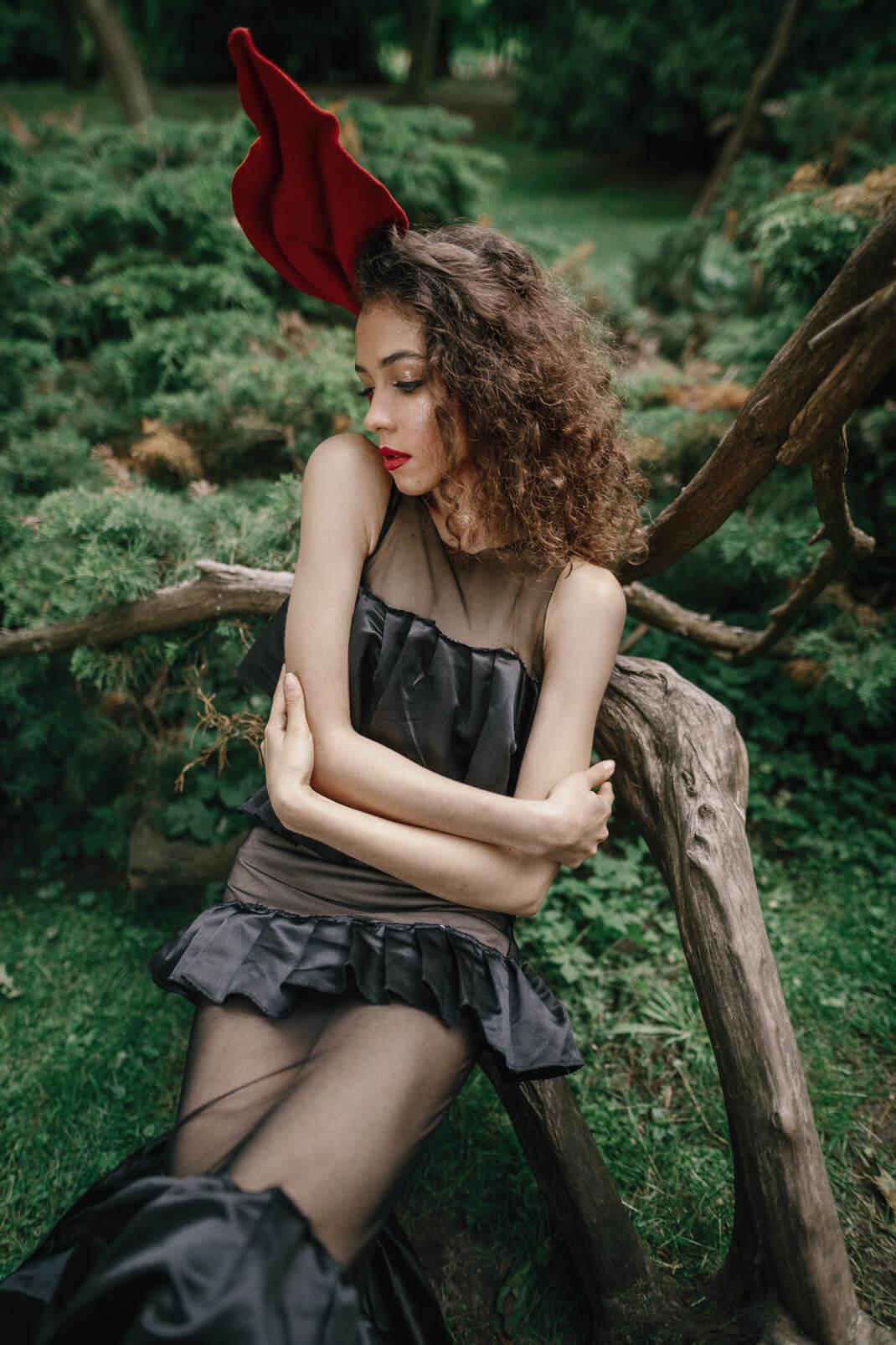 modelka w czarnej sukience mini