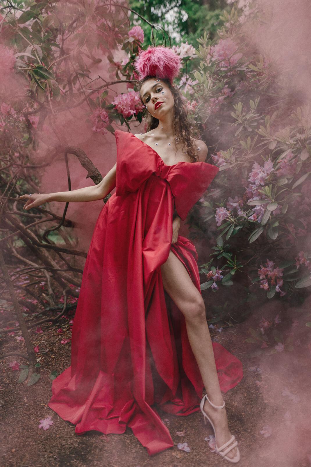 modelka w czerwonej kreacji