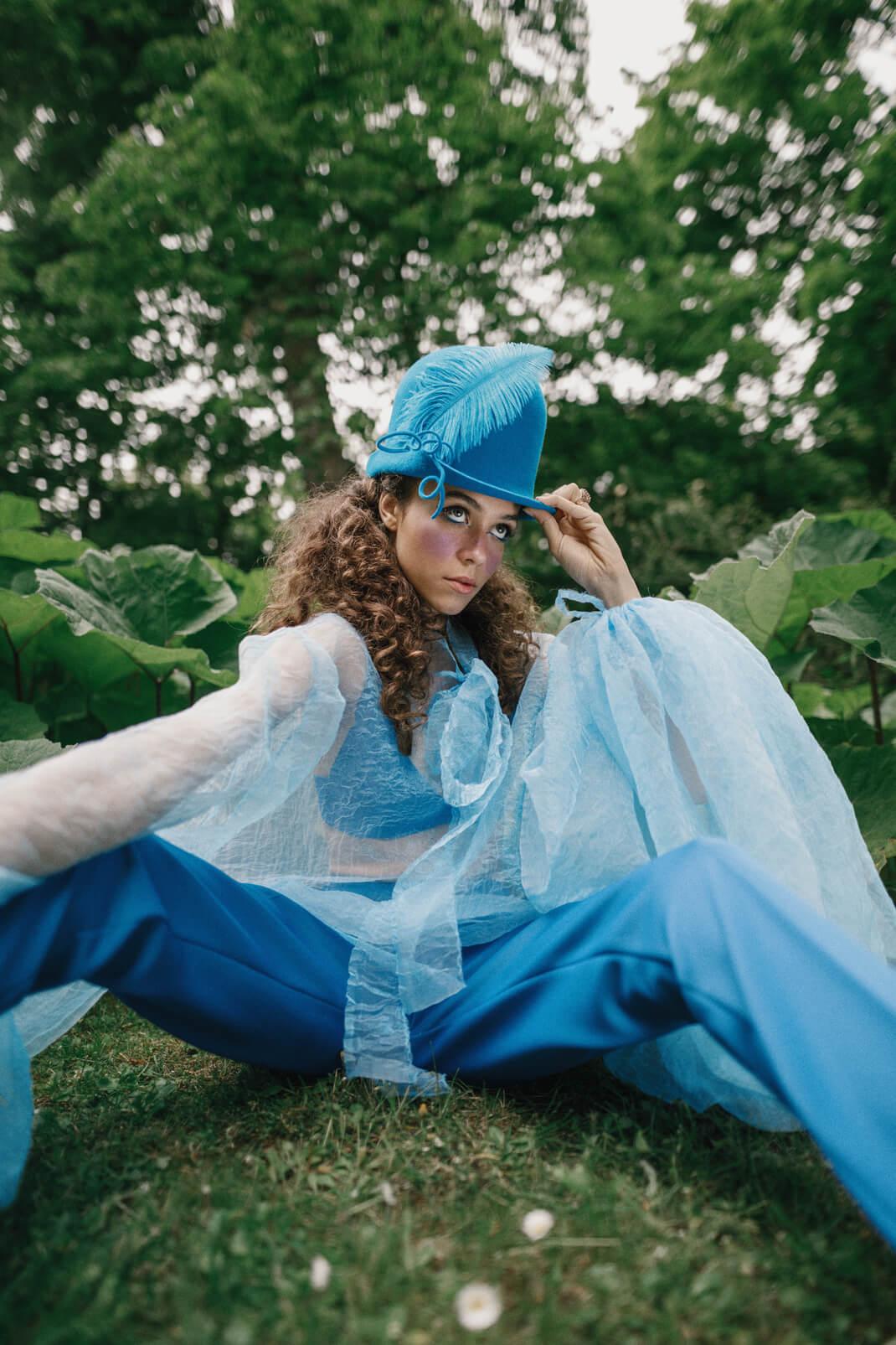 modelka w niebieskiej kreacji