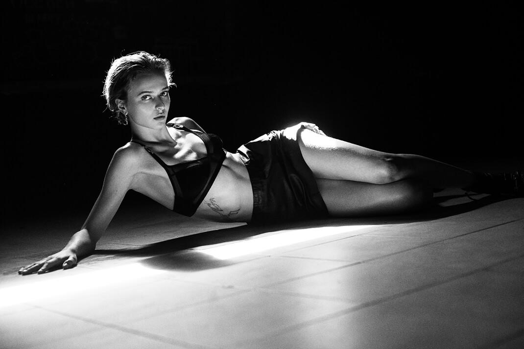 modelka na podłodze