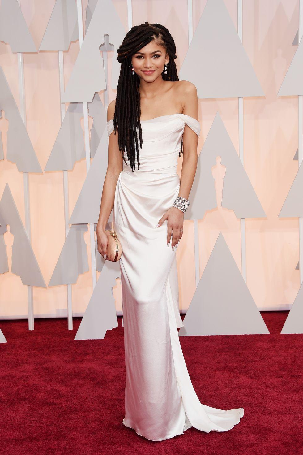 Aktorka na ściance w bialej sukni