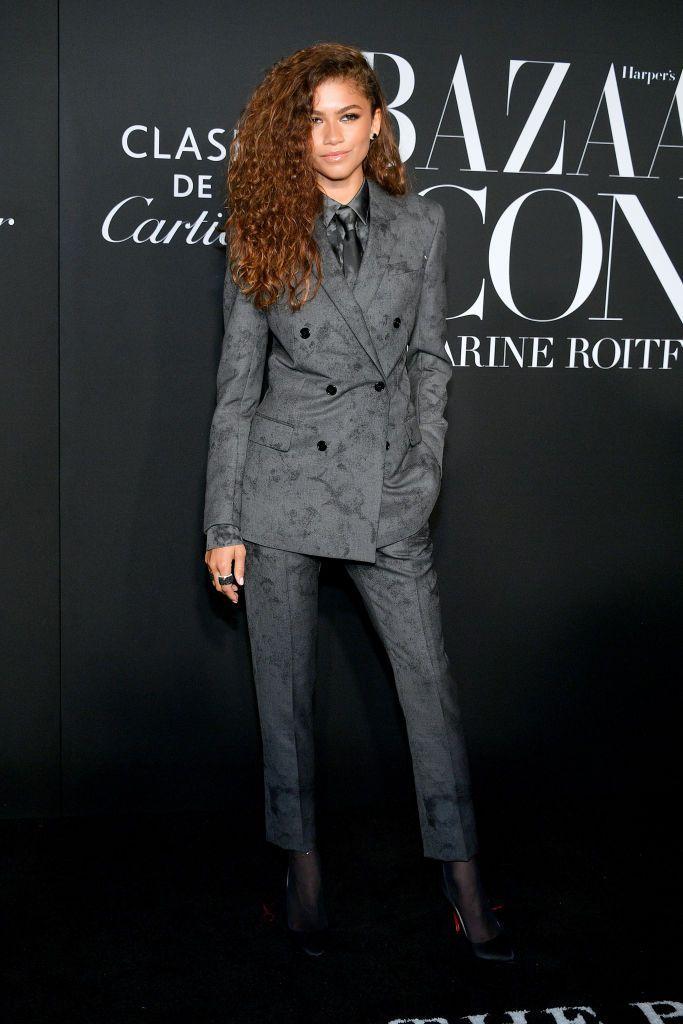 Aktorka ubrana w garnitur na czarnej ściance