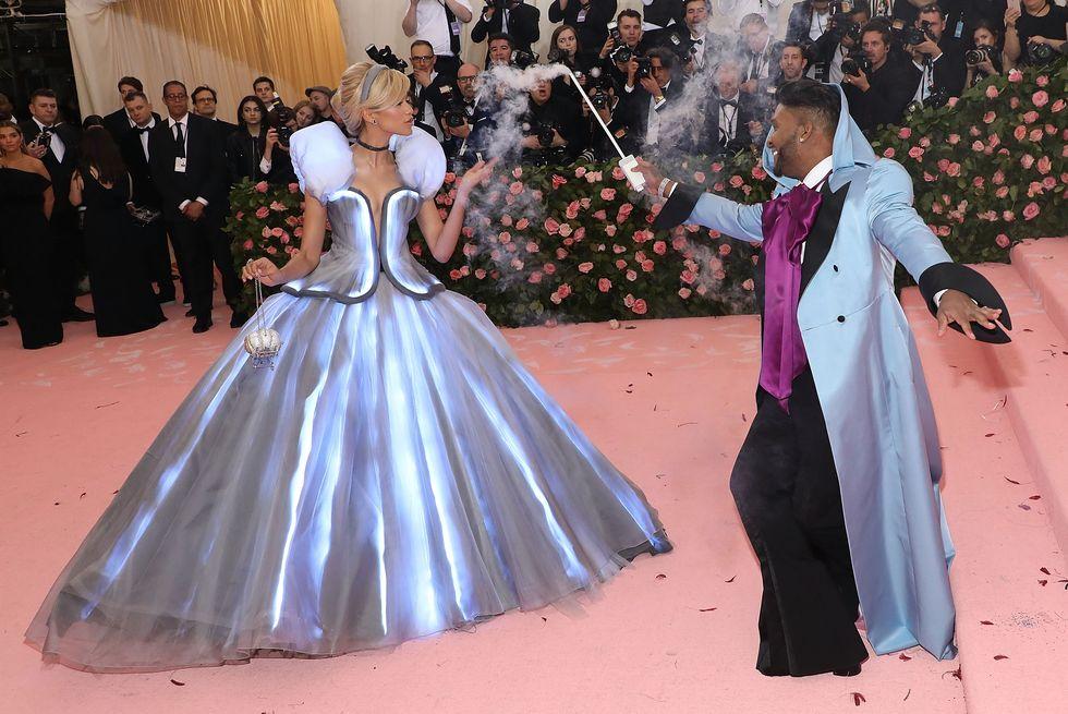 Aktorka przebrana za Kopciuszka pojawiła cie na różowym dywanie razem ze swoim stylistom