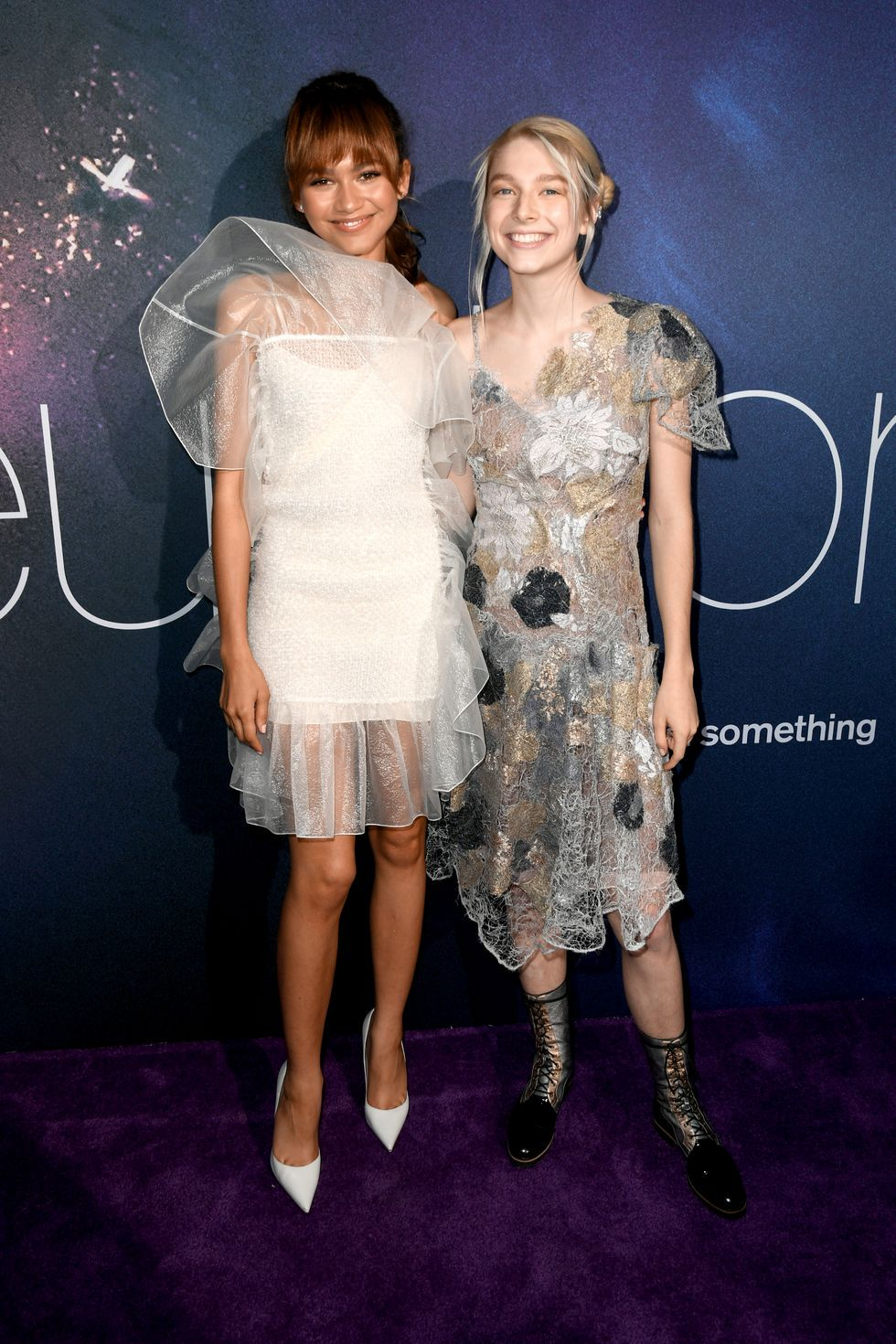 Dwie aktorki na ściance ubrane w zwiewne i eteryczne sukienki