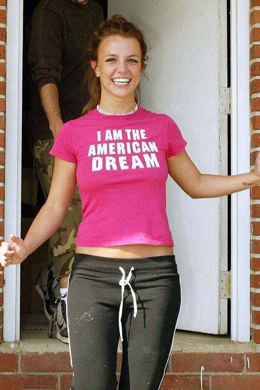 Dziewczyna ubrana w rozmowy shirt i spodnie dresowe