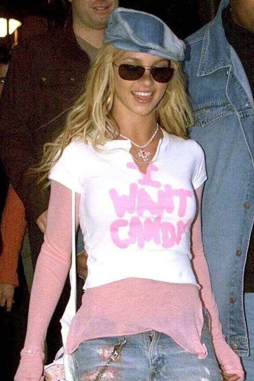 Blondynka ubrana na cebulkę w jeansowym kaszkiecie i okularach przeciwsłonecznych