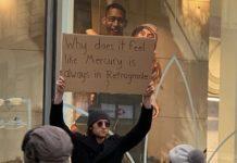 Mężczyzna trzyma karton z napisem