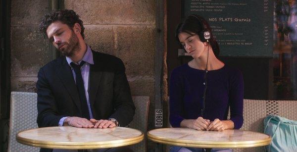 kadr z filmu kobieta i mezczyzna przy stolikach