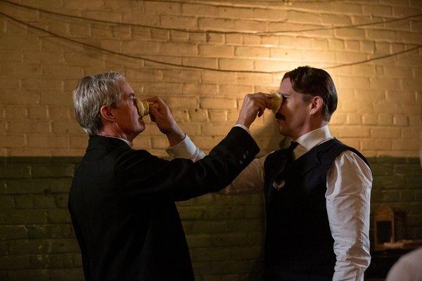 kadr z filmu mezczyzni wciskaja sobie lody w nosy