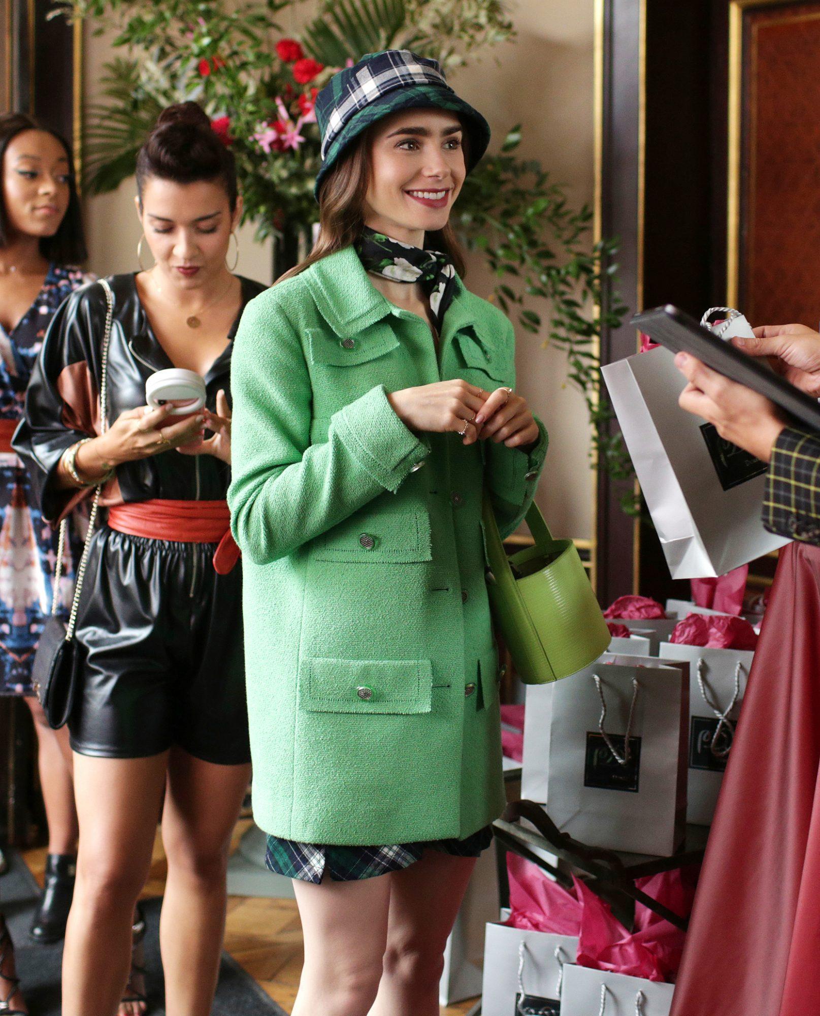 Rząd dziewczyn pierwsza ma na sobie zielony płaszcza