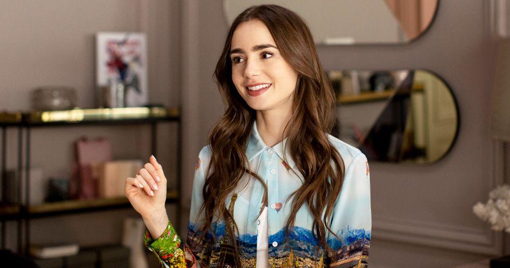 Brunetka siedzi w biurze w kolorowej koszuli