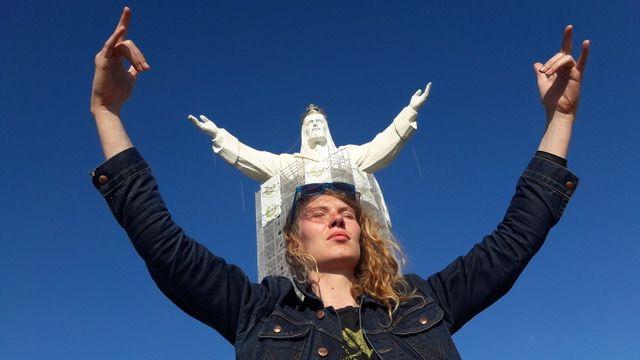 kobieta na tle Jezusa ze Świebodzina