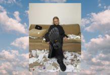 Zdjęcie mężczyzny pokazującego podeszwę sześciopalcowego buta na tle zdjęcia chmur