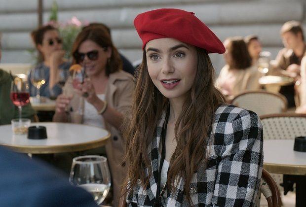 Brunetka w czerwonym berecie siedzi w kawiarni