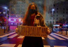 kobieta transparent strajk kobiet