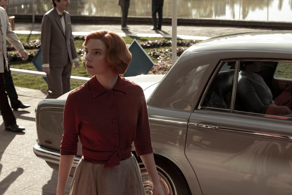 Młoda dziewczyna wychodzi ze starego auta