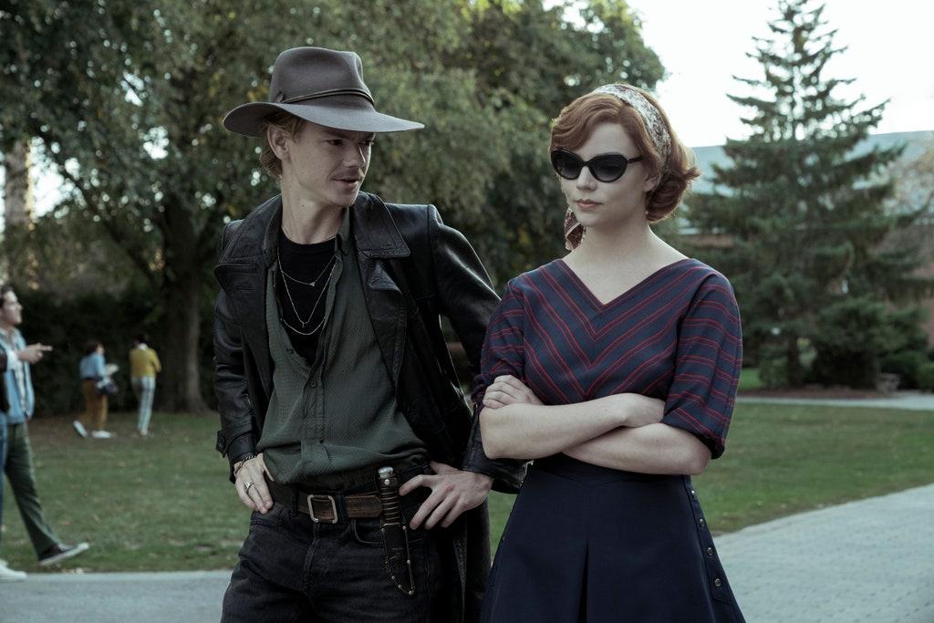 Mlody mężczyzna idzie obok młodej dziewczyny parkiem