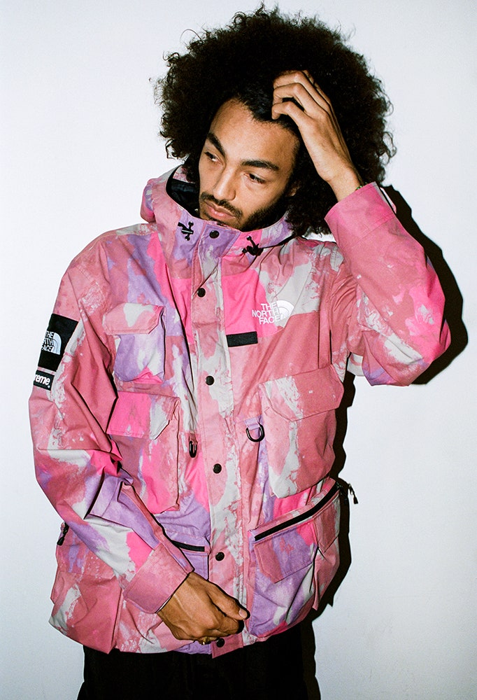 Model w różowej kurtce Supreme x North Face