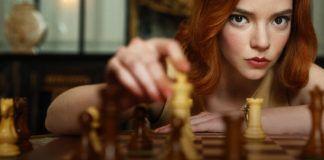 Portret młodej dziewczyny grającej w szachy