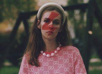 kobieta ze znakiem strajk kobiet na twarzy