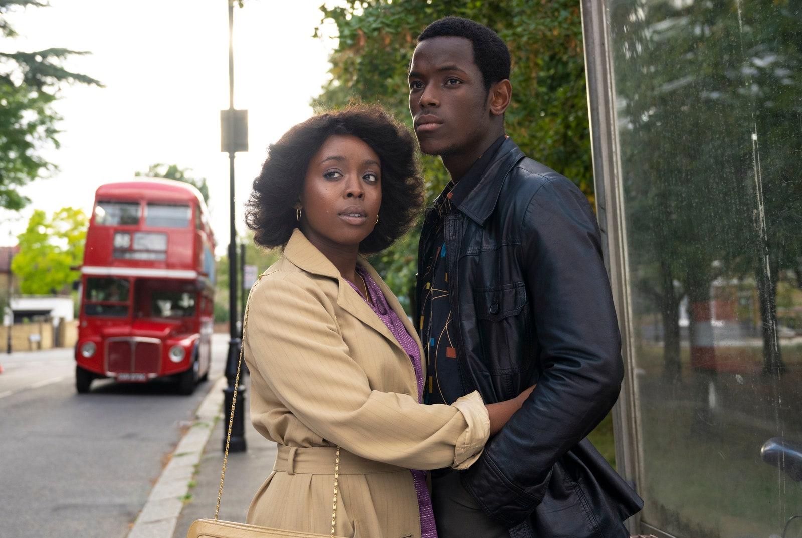 Portret dwójki młodych ludzi na tle zieleni i autobusu brytyjskiego moda w filmie
