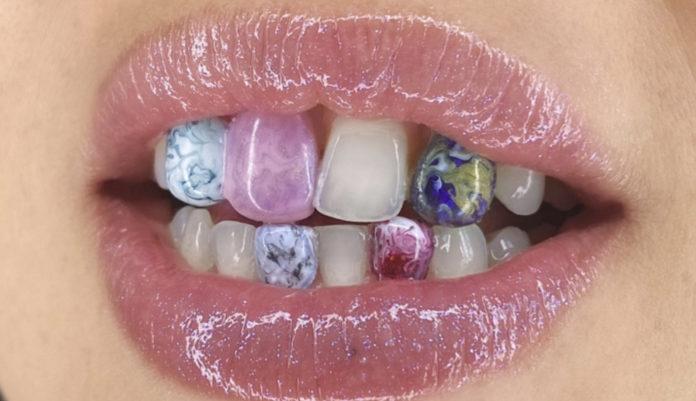 zdjęcie ust z kolorowymi zębami