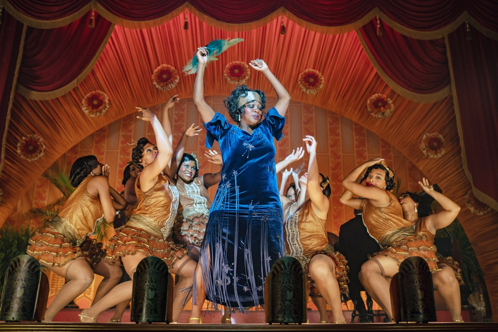 Kobiety tańczące na scenie jedna szczególnie wyróżnia cie za sprawa niebieskiej sukienki moda w filmie