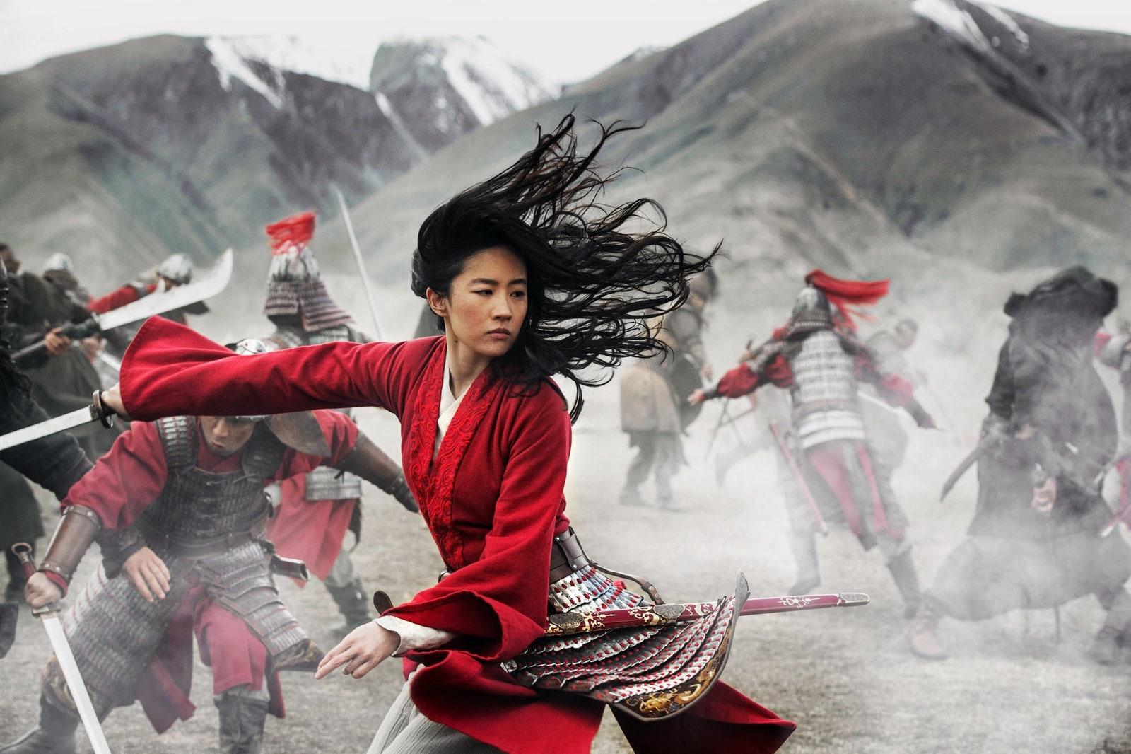 Kobieta walczącą na wojnie w czerwonym kimonie moda w filmie