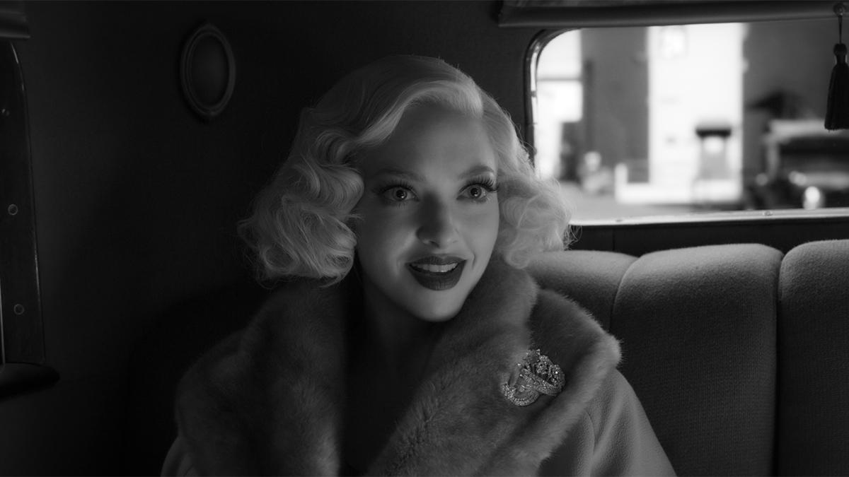 Kobieta z dawnych czasowo w aucie moda w filmie