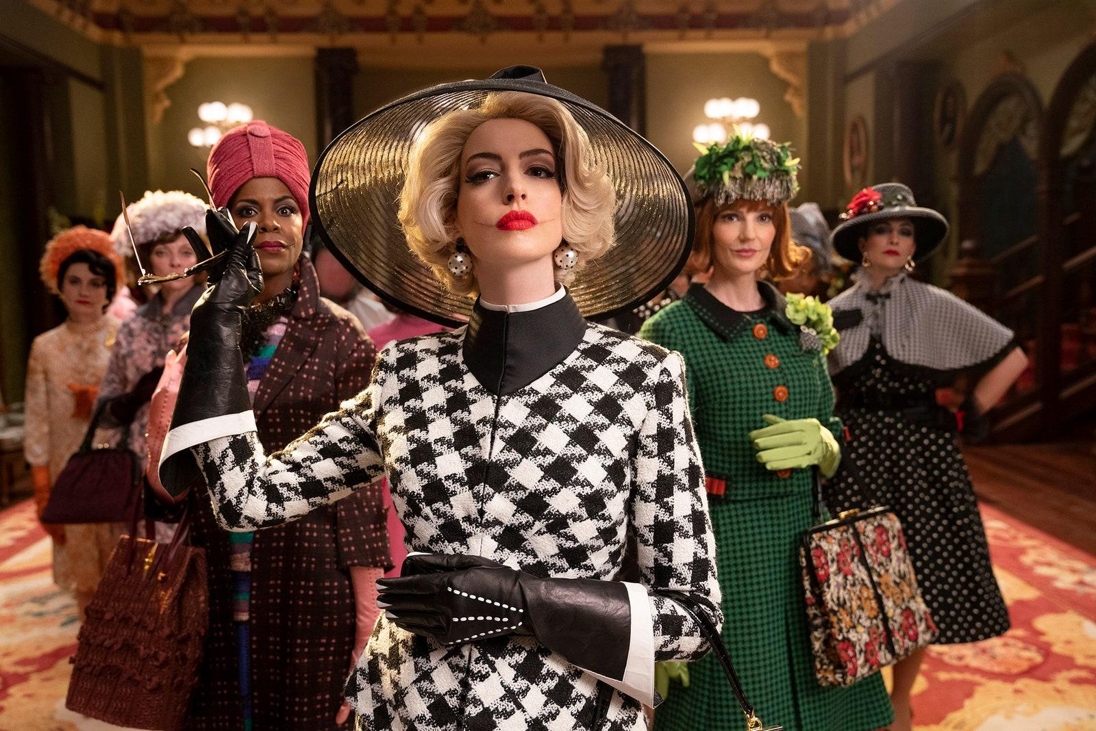 grupa ekstrawagancko ubranych kobiet w bogato urządzonym budynku moda w filmie