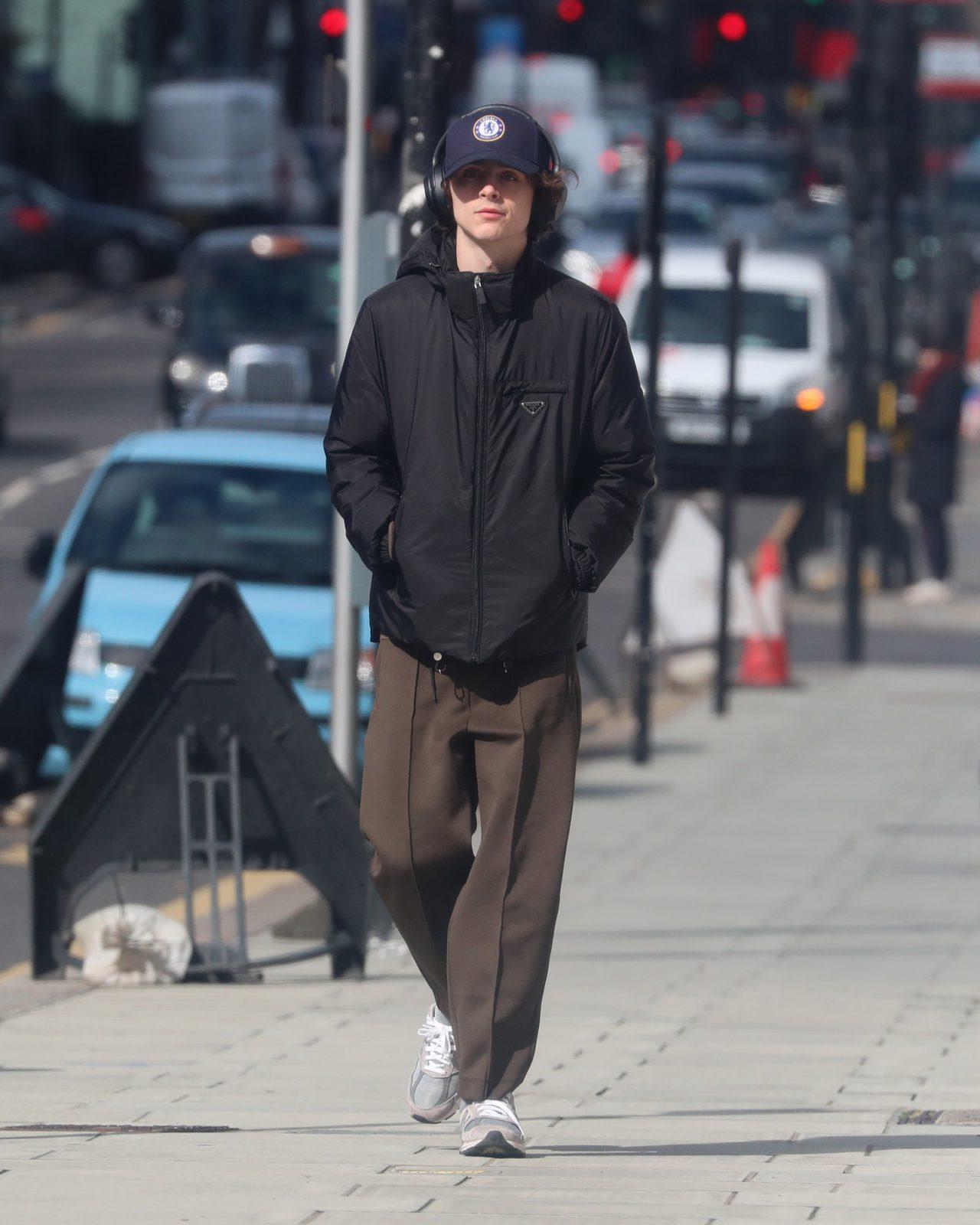 Mlody mężczyzna przemierza ulice