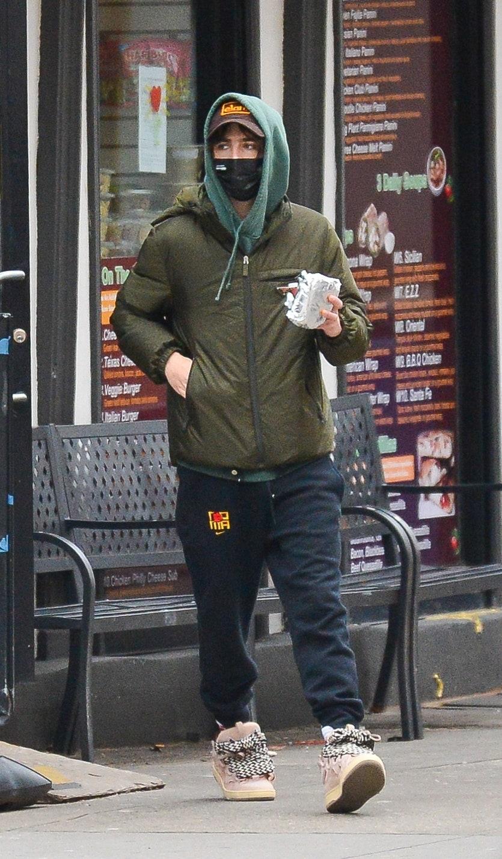 Mody aktor przemierza ulice